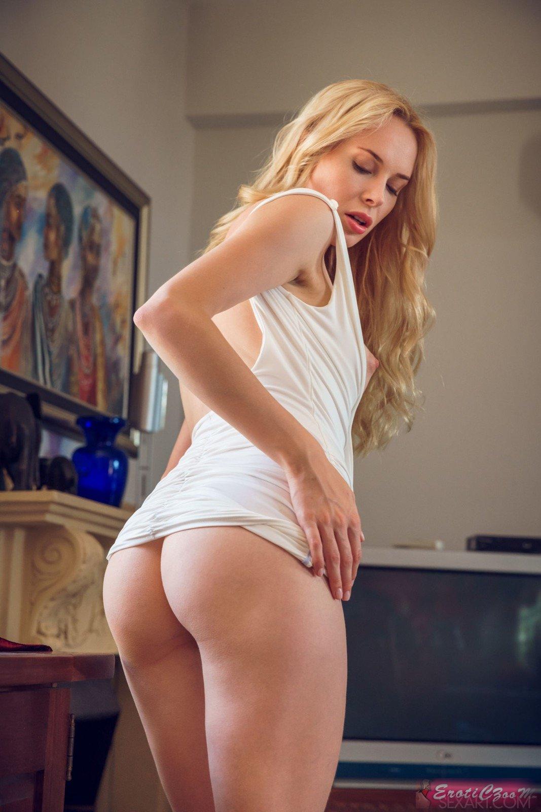 Стройная телка сексуально раздевается