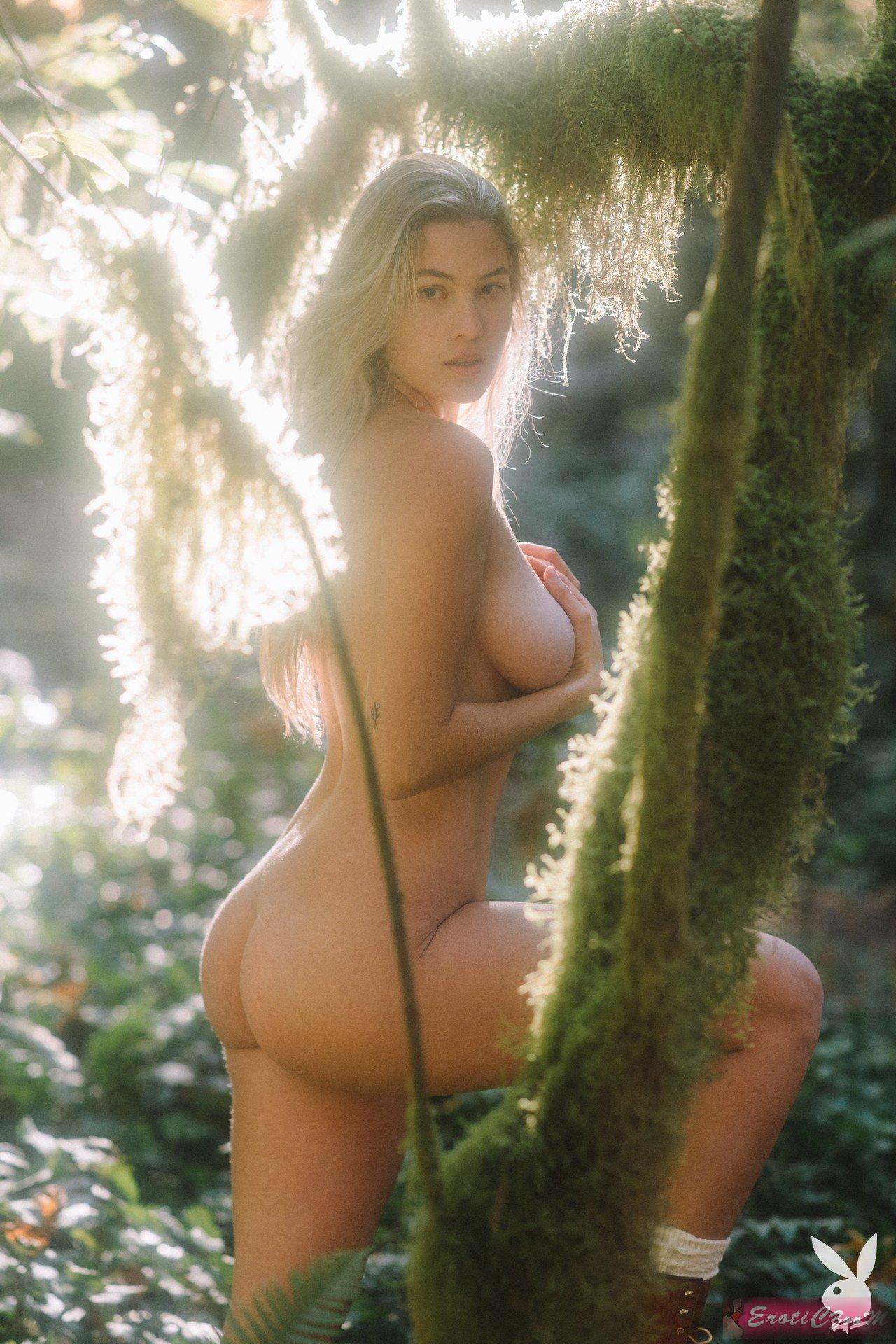 Голенькая русская девка на природе