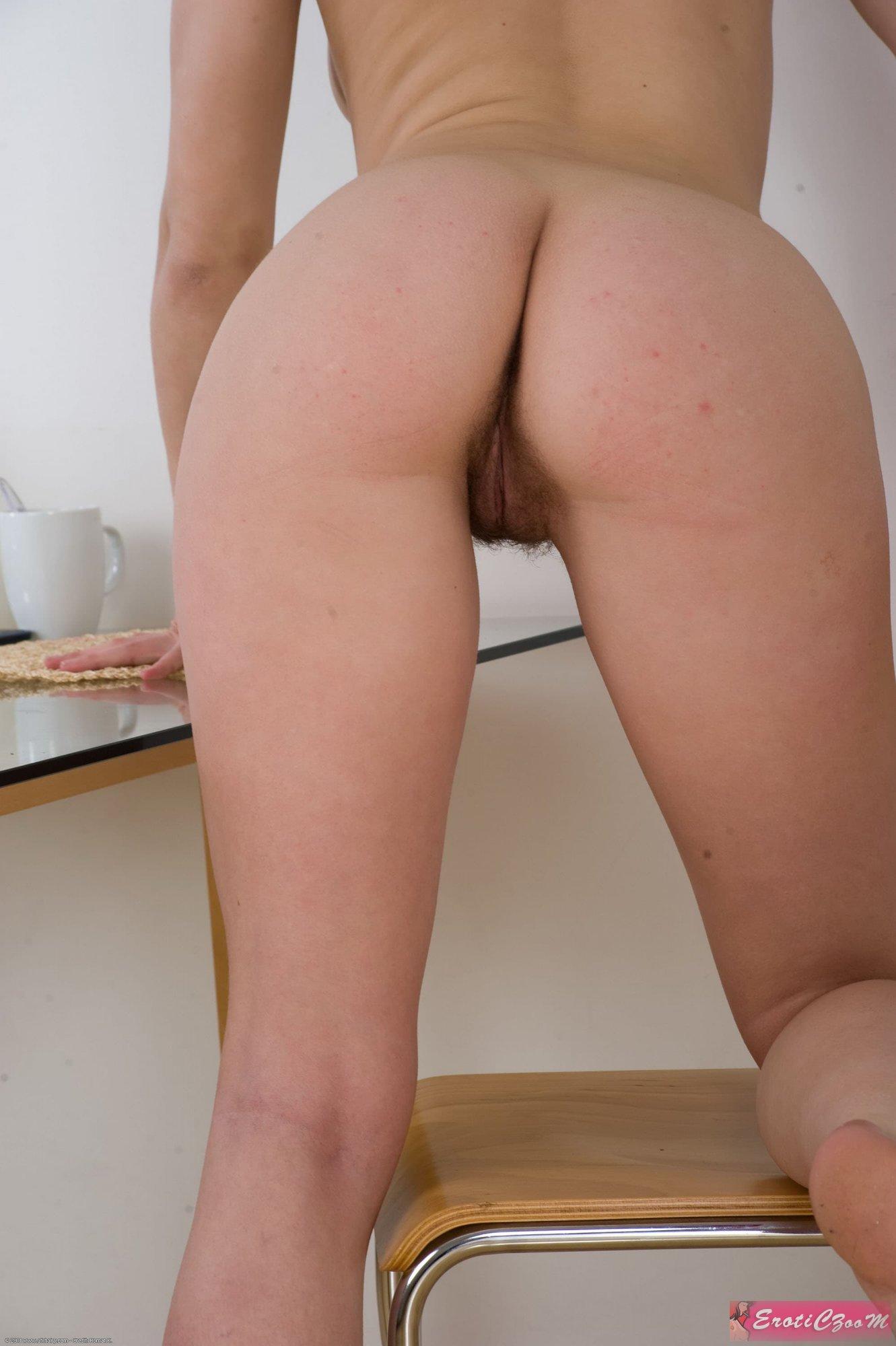 Голая сексуальная шлюшка показала попочку